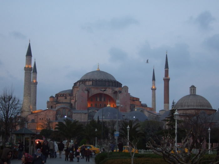 Hagia_sophia_as_night_falls_3